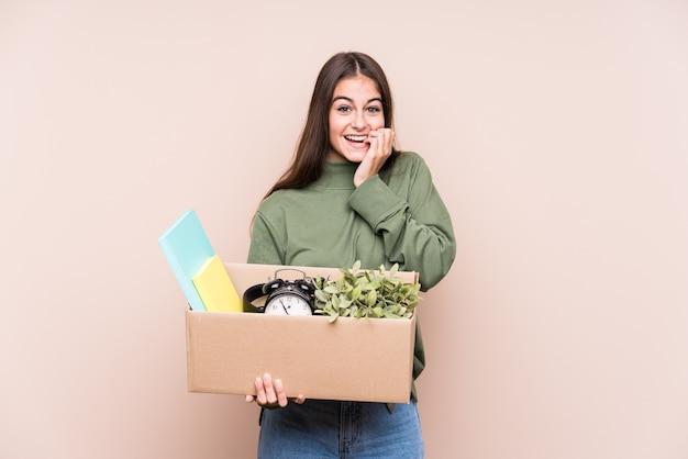 新しい家に移動する若い白人女性は、神経質で非常に心配な爪を噛んで孤立しています。 Premium写真