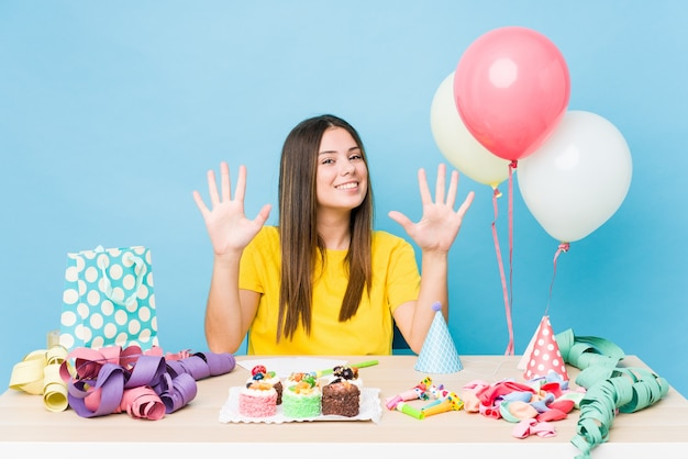 手で数10を示す誕生日を整理する若い白人女性。 Premium写真