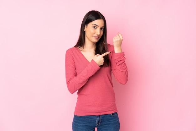 Молодая женщина кавказской через стену, делая жест опоздания Premium Фотографии