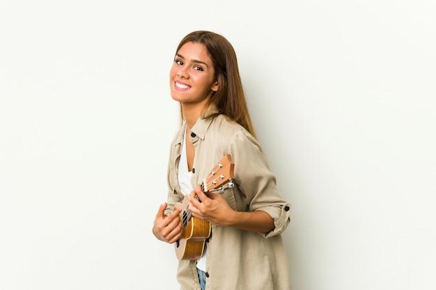分離されたウクレレを演奏若い白人女性 Premium写真