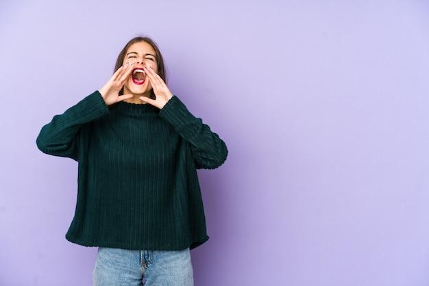 Молодая кавказская женщина кричит возбужденно. Premium Фотографии