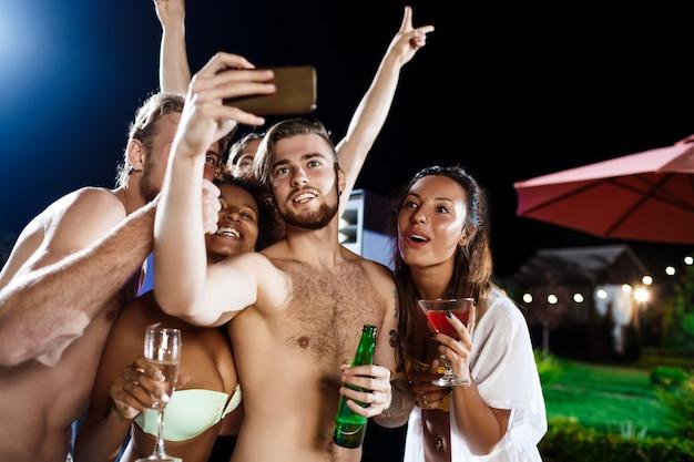 若い陽気な友達笑顔、喜び、selfieを作る、パーティーで休憩 無料写真