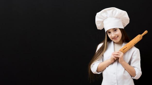 Giovane chef tenendo il rullo della cucina Foto Gratuite