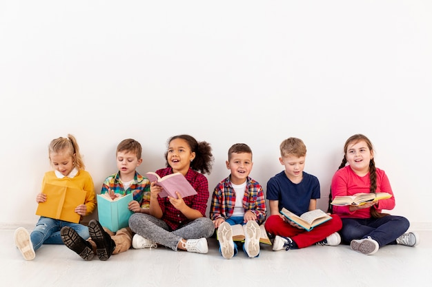 Маленькие дети на полу чтения Premium Фотографии