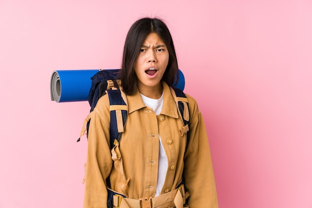 Молодой китайский путешественник женщина изолировала кричать очень сердито и агрессивно. Premium Фотографии