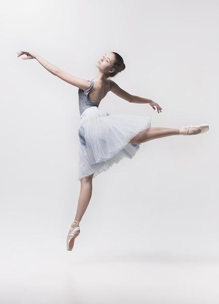 白で隔離される若いクラシックダンサー。 無料写真