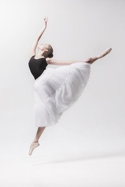 Giovane ballerino classico isolato su spazio bianco. Foto Gratuite