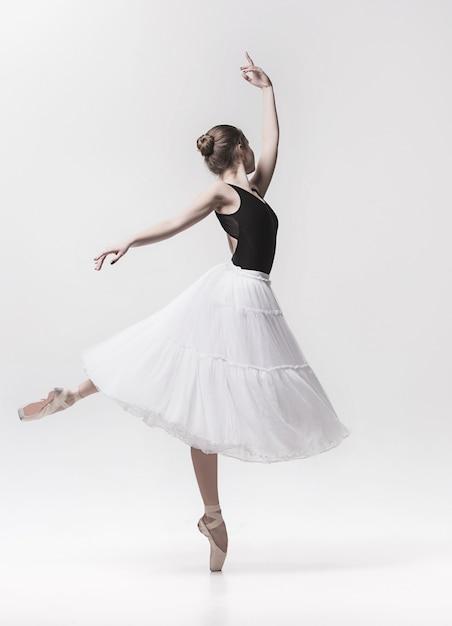 Giovane ballerino classico isolato su bianco. Foto Gratuite