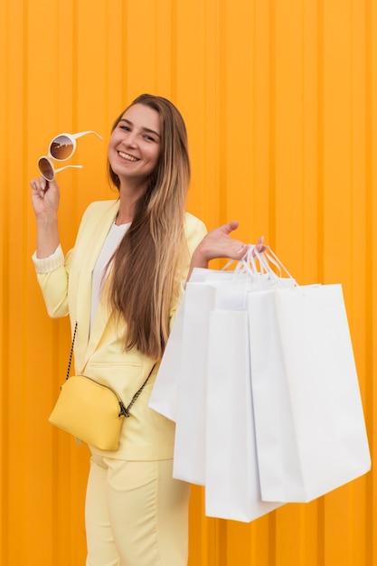 노란색 옷과 선글라스를 착용하는 젊은 클라이언트 무료 사진