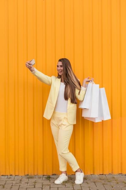 黄色の服を着て、selfieを取る若いクライアント 無料写真