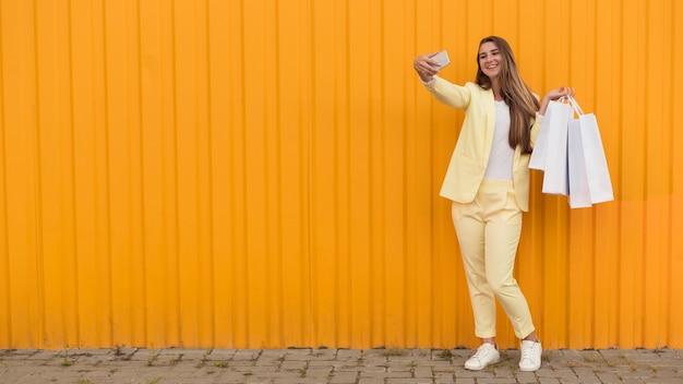 黄色の服を着た若いクライアントコピースペース 無料写真