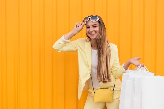 黄色い服を着ている若いクライアントの正面図 無料写真