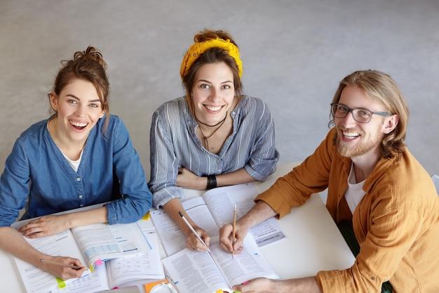 Giovani colleghi che lavorano insieme nella caffetteria Foto Gratuite