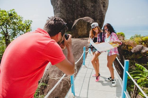 Молодая компания друзей осматривает достопримечательности, фотографирует, путешествует по таиланду Бесплатные Фотографии