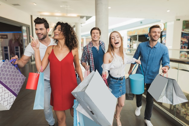 Young company shopping at the mall. black friday. Premium Photo