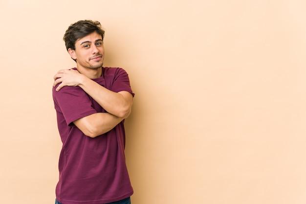멋진 젊은이 포옹, 평온하고 행복한 미소. 프리미엄 사진