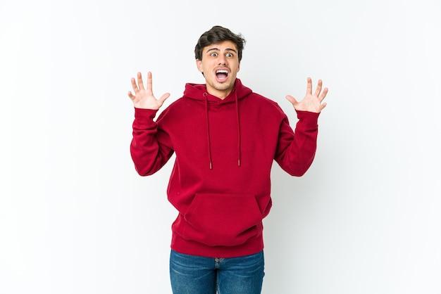空に向かって叫び、見上げて、欲求不満の若いクールな男 Premium写真
