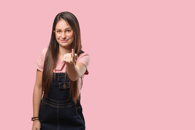 来るように誘う若いクールな女性 Premium写真