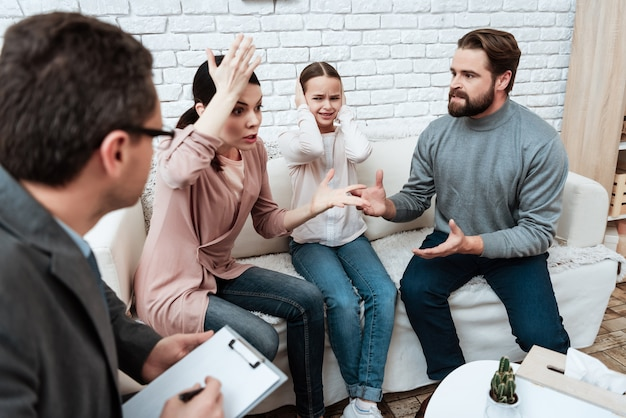 Young couple arguing at psychological therapy Premium Photo