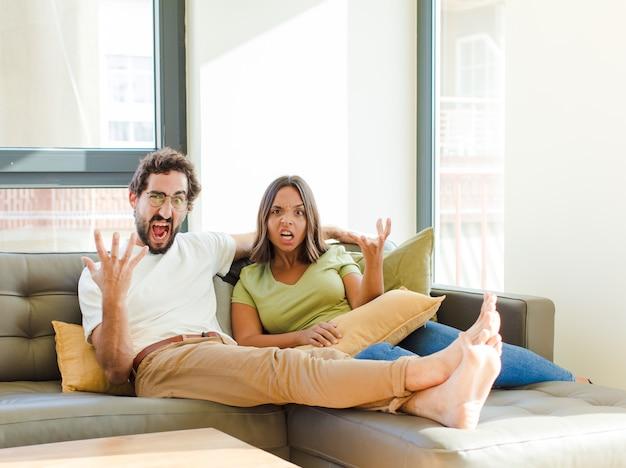 Молодая пара в новом доме Premium Фотографии
