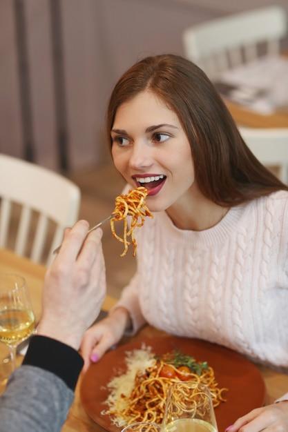 Молодая пара в ресторане Бесплатные Фотографии
