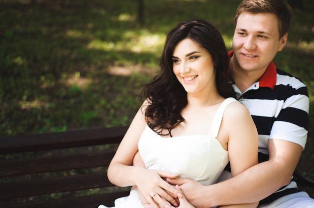 Молодая пара в парке летом. на улице. Premium Фотографии