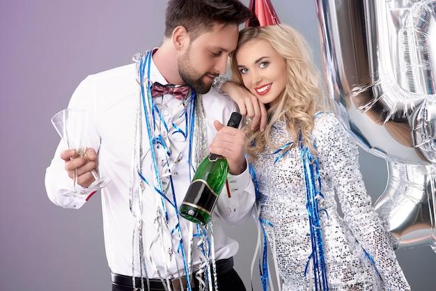 大晦日を祝う若いカップル 無料写真