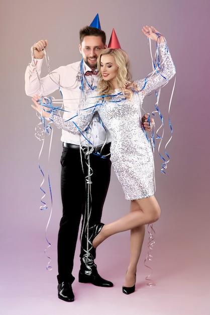 Молодая пара празднует канун нового года Бесплатные Фотографии