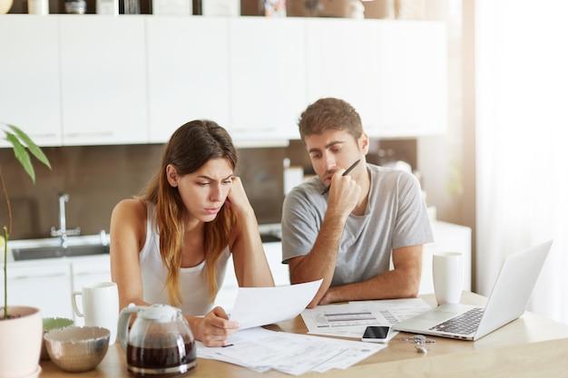 Giovani coppie che controllano il loro bilancio familiare Foto Gratuite
