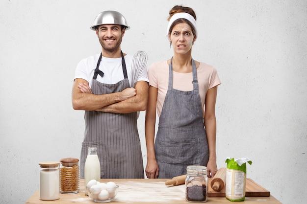 若いカップルが一緒に料理 無料写真