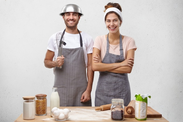 Giovani coppie che cucinano insieme Foto Gratuite