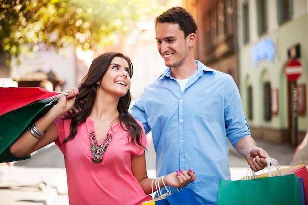 Giovani coppie che godono dello shopping insieme Foto Gratuite
