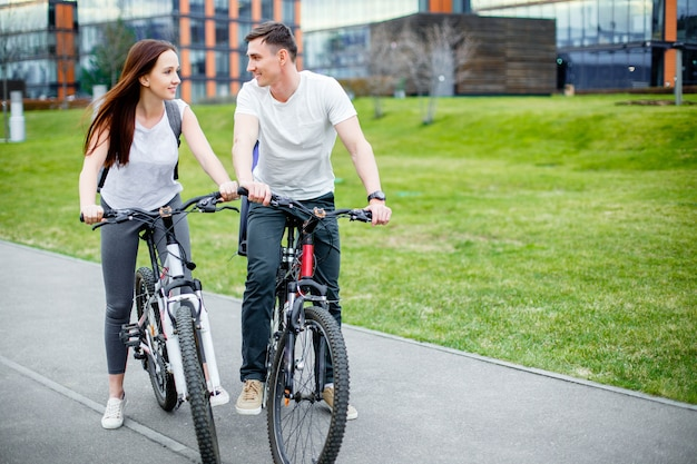 Young couple going for a bike ride on a sunny day in the city Premium Photo