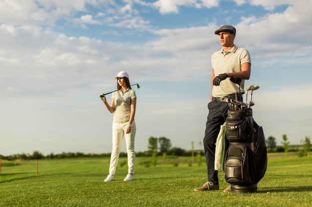 Young couple at golf cart Premium Photo