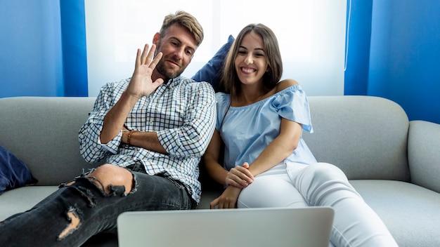 Молодая пара, имеющая видеоконференцию Бесплатные Фотографии