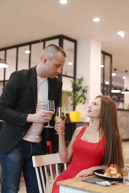 Молодая пара обедает в ресторане Бесплатные Фотографии