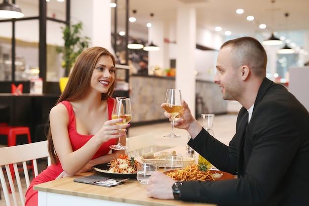 レストランで夕食を持っている若いカップル 無料写真