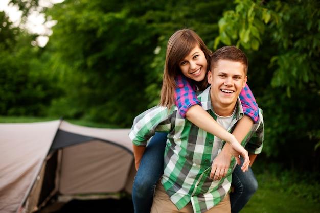 Молодая пара в лесу Бесплатные Фотографии
