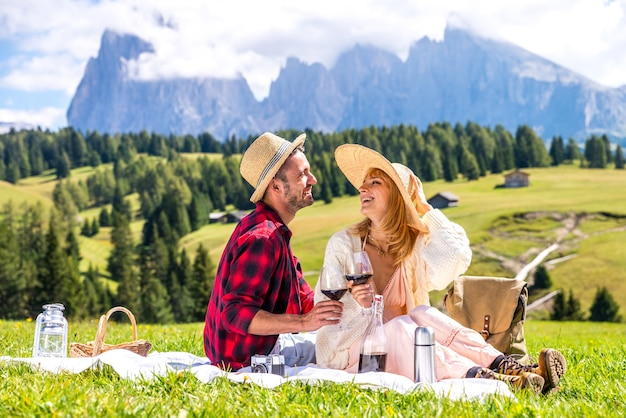 アルプスのドロミティを訪問してピクニックをするのが大好きな若いカップル Premium写真
