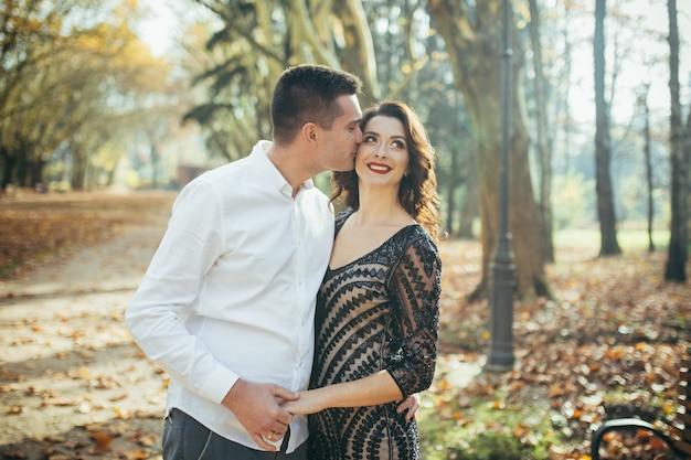 Молодая влюбленная пара в парке на первом свидании Premium Фотографии