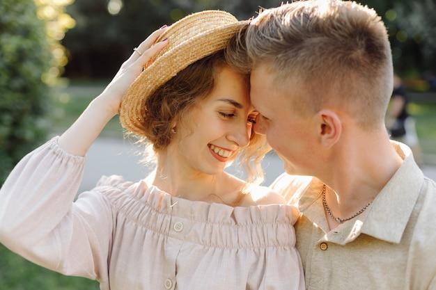Молодая пара в любви на открытом воздухе. потрясающий чувственный открытый портрет молодой стильной модной пары позирует летом в поле Бесплатные Фотографии