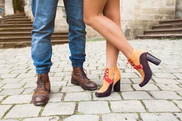 Молодая влюбленная пара позирует в старом городе, обрезанная на ногах Бесплатные Фотографии