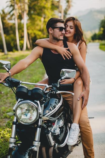 Молодая влюбленная пара, езда на мотоцикле Бесплатные Фотографии