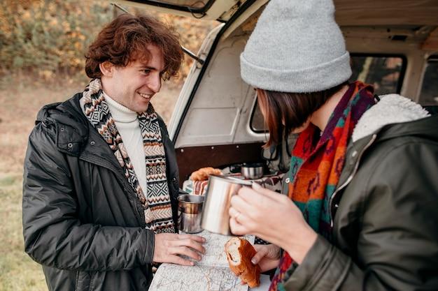 Молодая пара, глядя на карту нового пункта назначения Premium Фотографии
