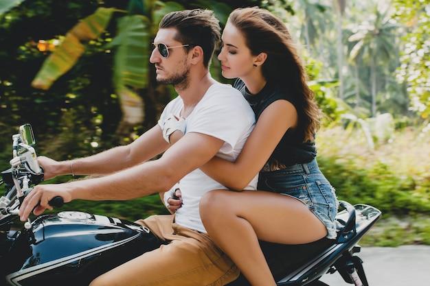 Giovane coppia innamorata, in sella a una motocicletta Foto Gratuite