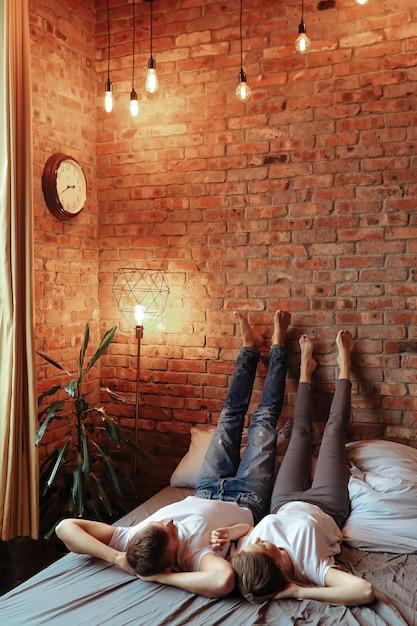 Giovani coppie nell'amore che trascorrono del tempo insieme. bella donna e uomo bello che hanno momenti intimi a casa Foto Gratuite
