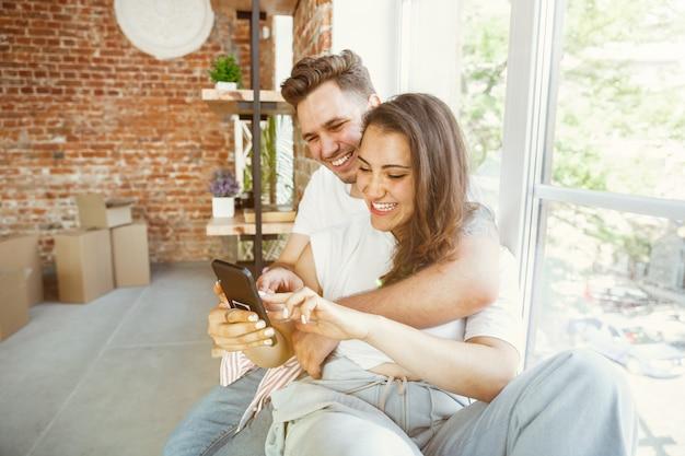 La giovane coppia si è trasferita in una nuova casa o appartamento. Foto Gratuite