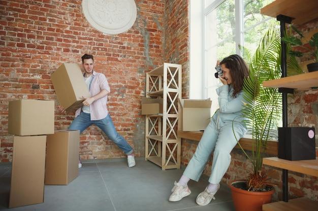 Молодая пара переехала в новый дом или квартиру Бесплатные Фотографии