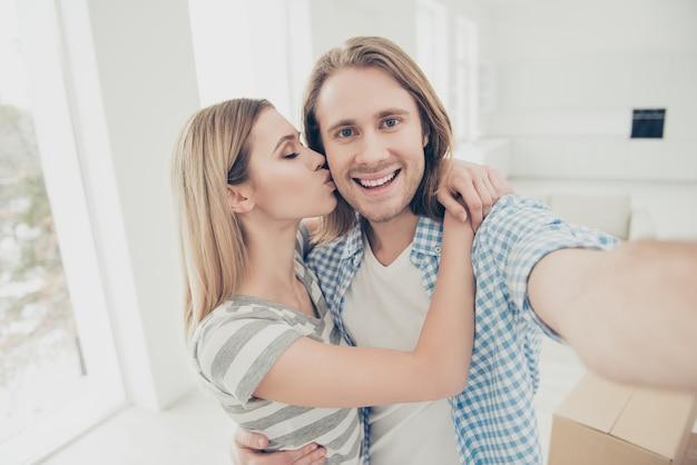 Молодая пара переезжает в новый дом Premium Фотографии
