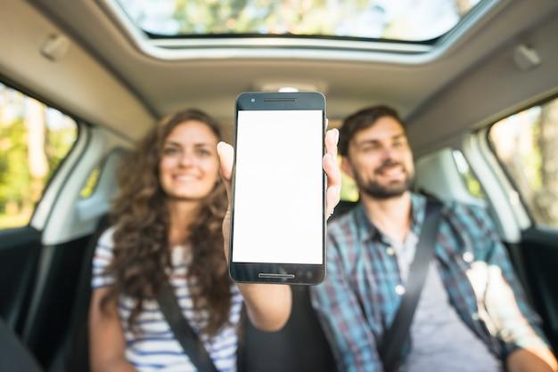 Молодая пара в автомобильной поездке Premium Фотографии